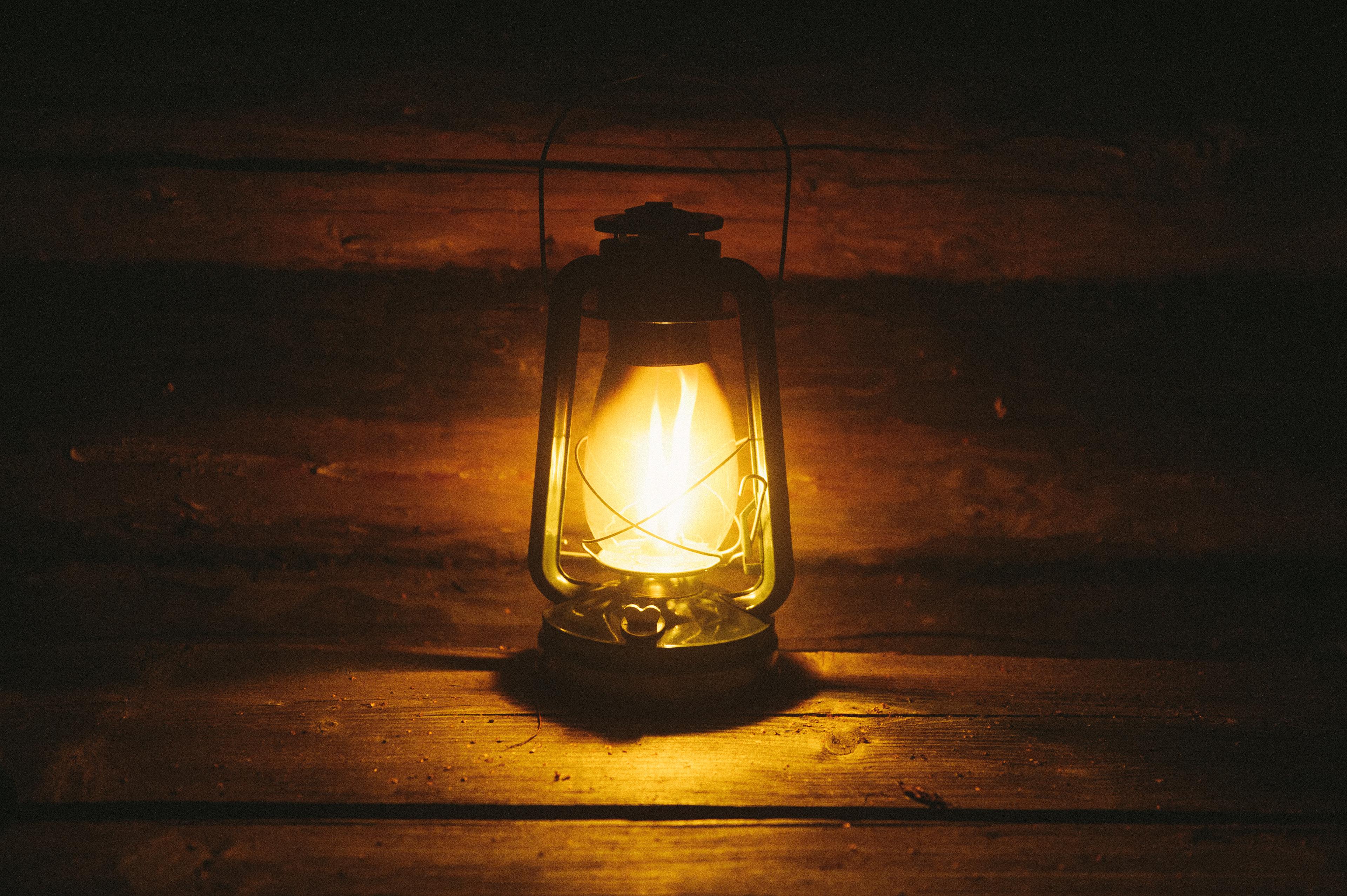 картинка фонарь во тьме фасадной конструкции под